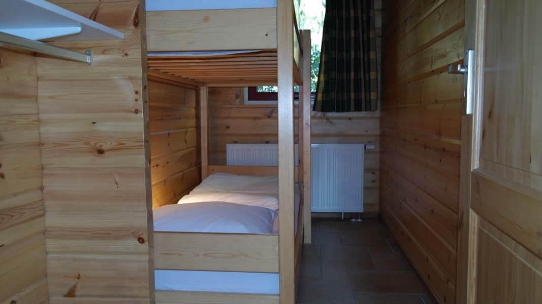 De Bosduif | houten lodge voor 6 personen, slaapkamer stapelbed | Veluwe Lodges Otterlo