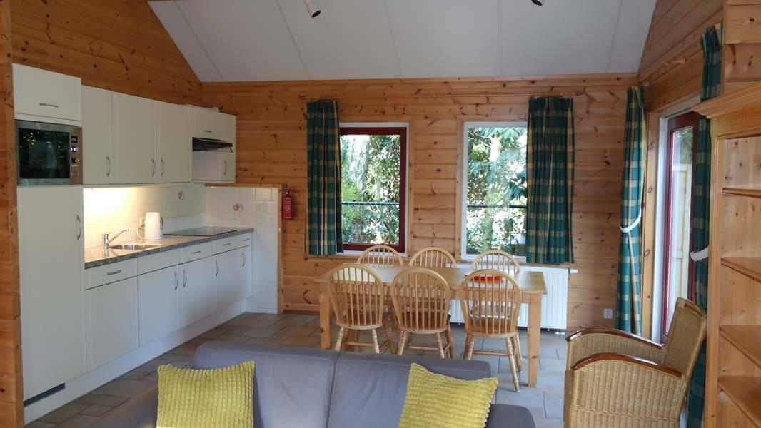 De Bosduif | houten lodge voor 6 personen, keuken | Veluwe Lodges Otterlo