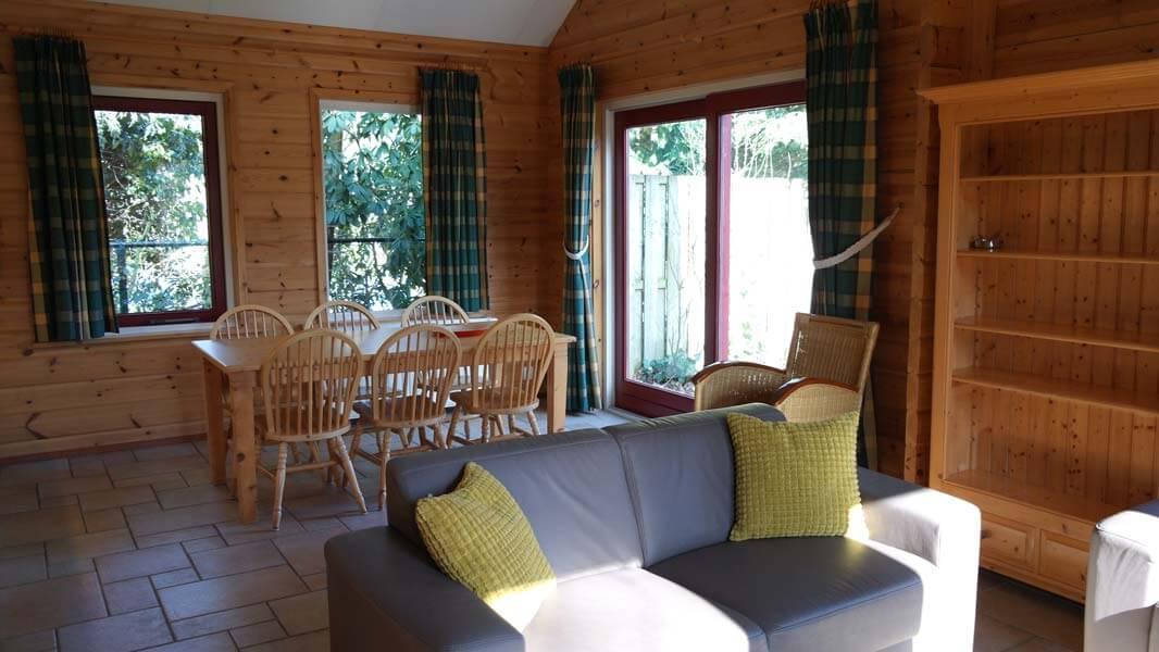 De Bosduif | houten lodge voor 6 personen, woonkamer | Veluwe Lodges Otterlo