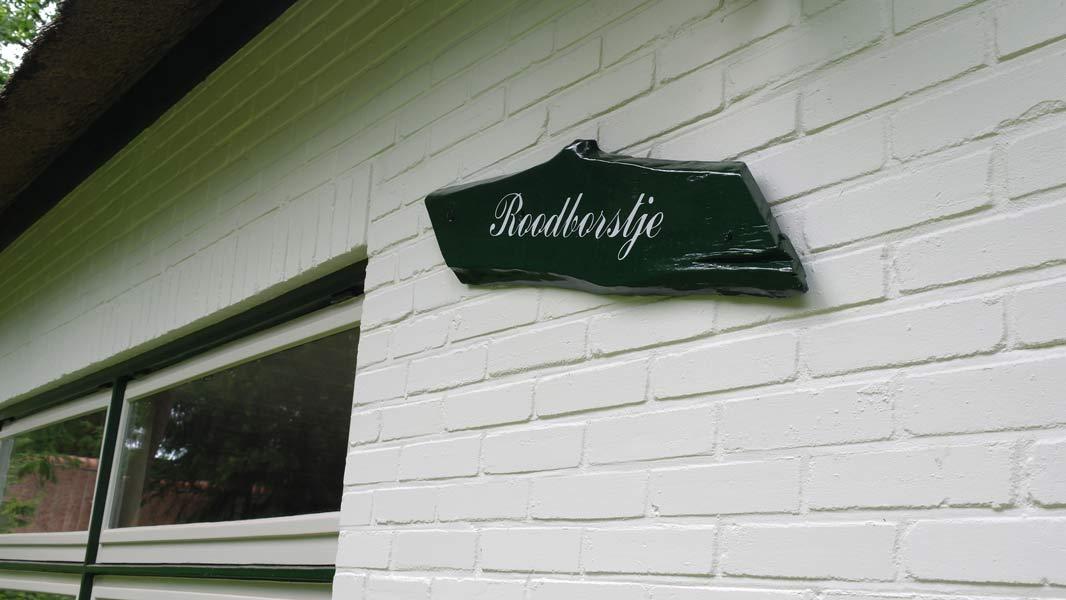 Het Roodborstje - naambord | Romantische lodge voor 4 personen | Veluwe Lodges Otterlo