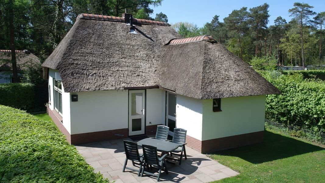Het Roodborstje - zonnig terras | Romantische lodge voor 4 personen | Veluwe Lodges Otterlo