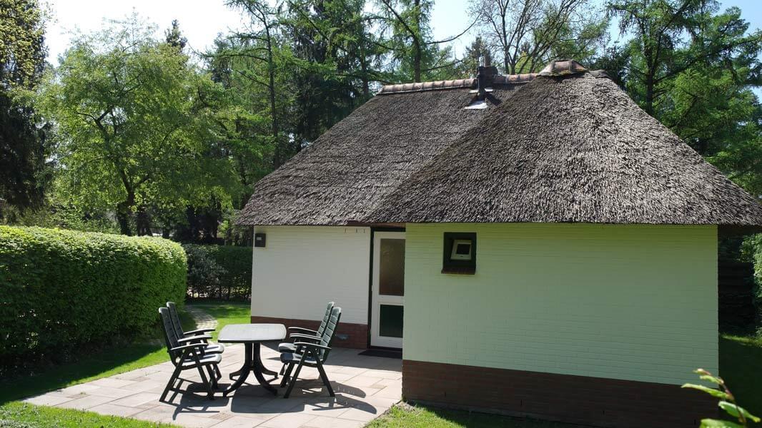 Het Roodborstje - terras | Romantische lodge voor 4 personen | Veluwe Lodges Otterlo